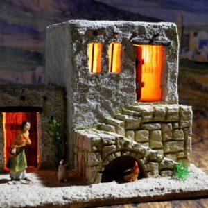 PC-018 Casa Escalera con Luz y figuras de 7 cm/ 2.7″